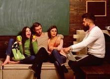 Κολλέγιο και πανεπιστημιακή έννοια Οι σπουδαστές, επιστήμονες που μελετούν, καθηγητής κρατούν το lap-top, διδάσκουν, εξηγούν, πίν στοκ φωτογραφίες