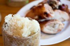 Κολλώδες ρύζι με το ψημένο στη σχάρα κοτόπουλο στο πιάτο Στοκ Εικόνα