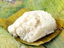 Κολλώδες ρύζι ρυζιού κινηματογραφήσεων σε πρώτο πλάνο κολλώδες στο φυσικό εμπορευματοκιβώτιο που γίνεται από τα φύλλα μπανανών Στοκ φωτογραφία με δικαίωμα ελεύθερης χρήσης