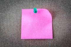 Κολλώδης σημείωση υπενθυμίσεων για τον πίνακα φελλού, κενό διάστημα για το κείμενο Στοκ φωτογραφίες με δικαίωμα ελεύθερης χρήσης