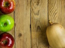 Κολοκύθα η ώριμη κόκκινη πράσινη Apple κολοκύνθης Butternut στο ξεπερασμένο ξύλινο υπόβαθρο Διάστημα αντιγράφων συγκομιδών ημέρας Στοκ Εικόνες