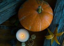 Κολοκύθα με το αναμμένο ντεκόρ κεριών και φθινοπώρου, τοπ άποψη Στοκ Εικόνες