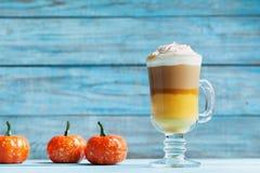Κολοκύθα που καρυκεύεται latte ή καφές στο γυαλί στον τυρκουάζ πίνακα Ζεστό ποτό φθινοπώρου, πτώσης ή χειμώνα στοκ φωτογραφίες με δικαίωμα ελεύθερης χρήσης