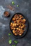 ΚΟΛΟΜΒΙΑΝΟ CHICHARRON Τηγανισμένο χοιρινό κρέας chicharron στο μαύρο πιάτο Τοπ όψη στοκ εικόνα με δικαίωμα ελεύθερης χρήσης