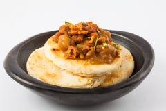 Κολομβιανό arepa που ολοκληρώνεται με τα φασόλια και το φλοιό χοιρινού κρέατος Στοκ εικόνα με δικαίωμα ελεύθερης χρήσης