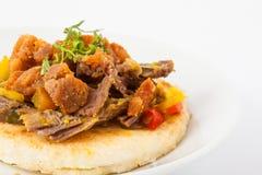 Κολομβιανό arepa που ολοκληρώνεται με τον τεμαχισμένο φλοιό βόειου κρέατος και χοιρινού κρέατος Στοκ φωτογραφία με δικαίωμα ελεύθερης χρήσης