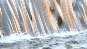 Κολπίσκος βουνών, ρεύμα, καταρράκτης, ποταμός - πτώση του νερού, τα σχέδια νερού απόθεμα βίντεο