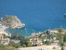Κολπίσκος στην ακτή Taormina στη Σικελία με μερικές βάρκες στην επιφάνεια Ιταλία στοκ εικόνα
