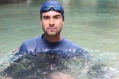 Κολυμβητής στενό στον επάνω νερού στοκ εικόνες