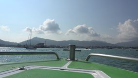 Κολυμπήστε στο νησί Άποψη από το τόξο της βάρκας απόθεμα βίντεο