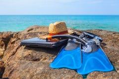 Κολυμπήστε τα βατραχοπέδιλα, καλύψτε, κολυμπήστε με αναπνευτήρα, καπέλο, lap-top στη θάλασσα παραλιών βράχου και β στοκ φωτογραφία