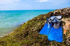 Κολυμπήστε τα βατραχοπέδιλα, καλύψτε, κολυμπήστε με αναπνευτήρα στη θάλασσα παραλιών βρύου βράχου και το μπλε SK στοκ φωτογραφία με δικαίωμα ελεύθερης χρήσης