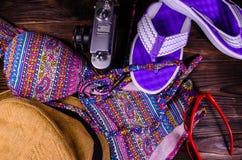 Κολυμπήστε το κοστούμι, το καπέλο, τις πτώσεις κτυπήματος, τα γυαλιά ηλίου και την παλαιά κάμερα σε ένα woode Στοκ Φωτογραφίες