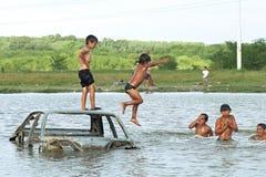 Κολυμπώντας αργεντινά παιδιά από την τρώγλη στοκ φωτογραφία
