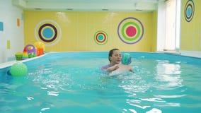 Κολυμπώντας εκπαιδευτικός και μικρό παιδί στη λίμνη απόθεμα βίντεο