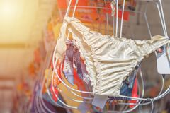 Κολυμπώντας κοστούμια που κρεμούν για την πώληση στην αγορά τονισμένος Στοκ Εικόνα