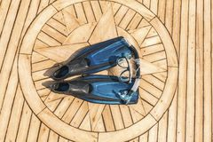 Κολυμπώντας με αναπνευτήρα εξοπλισμός σε μια γέφυρα γιοτ πολυτέλειας στοκ εικόνα με δικαίωμα ελεύθερης χρήσης