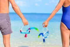 Κολυμπώντας με αναπνευτήρα μάσκα εκμετάλλευσης ζεύγους υπό εξέταση Οπισθοσκόπος, σώμα oarts, τυρκουάζ ενήλικη στάση θάλασσας, πρα στοκ φωτογραφίες με δικαίωμα ελεύθερης χρήσης