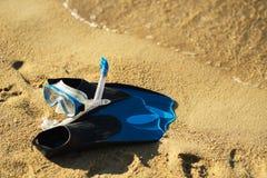 Κολυμπώντας με αναπνευτήρα μάσκα και πτερύγια στην τροπική παραλία στοκ εικόνες