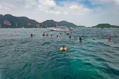 Κολυμπώντας με αναπνευτήρα σε Phuket, Ταϊλάνδη andaman θάλασσα Στοκ Φωτογραφία