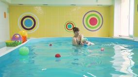 Κολυμπώντας μωρό διδασκαλίας λεωφορείων για να κολυμπήσει σε μια λίμνη φιλμ μικρού μήκους