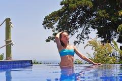 κολυμπώντας νεολαίες γυναικών λιμνών Στοκ Φωτογραφίες