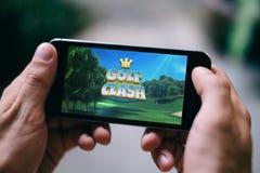 ΚΟΛΩΝΙΑ, ΓΕΡΜΑΝΙΑ - 27 ΦΕΒΡΟΥΑΡΊΟΥ 2018: App διαφωνίας γκολφ παιχνίδι που παίζεται στο iPhone της Apple Στοκ Εικόνες