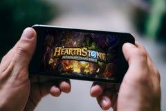 ΚΟΛΩΝΙΑ, ΓΕΡΜΑΝΙΑ - 27 ΦΕΒΡΟΥΑΡΊΟΥ 2018: App Hearthstone παιχνίδι που παίζεται στο iPhone της Apple Στοκ εικόνα με δικαίωμα ελεύθερης χρήσης