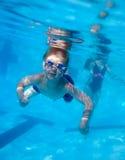 κολύμβηση αγοριών υποβρύ&ch Στοκ εικόνα με δικαίωμα ελεύθερης χρήσης