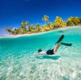 Κολύμβηση ατόμων υποβρύχια Στοκ εικόνα με δικαίωμα ελεύθερης χρήσης