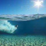 κολύμβηση ατόμων υποβρύχι&al Στοκ φωτογραφίες με δικαίωμα ελεύθερης χρήσης