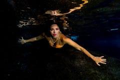 Κολύμβηση γοργόνων υποβρύχια στη βαθιά μπλε θάλασσα Στοκ φωτογραφίες με δικαίωμα ελεύθερης χρήσης