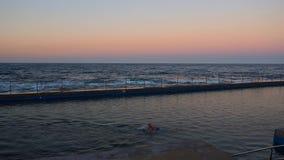 Κολύμβηση κοντά στον ωκεανό στοκ εικόνα