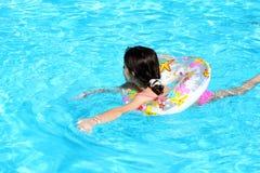 κολύμβηση κοριτσιών Στοκ Εικόνες