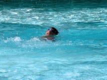 κολύμβηση λιμνών αγοριών Στοκ Φωτογραφίες