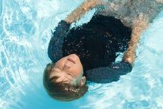 κολύμβηση λιμνών αγοριών στοκ φωτογραφία με δικαίωμα ελεύθερης χρήσης