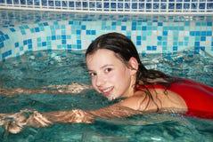 κολύμβηση λιμνών κοριτσιώ&nu Στοκ φωτογραφίες με δικαίωμα ελεύθερης χρήσης
