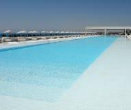 κολύμβηση λιμνών ξενοδοχείων Στοκ φωτογραφία με δικαίωμα ελεύθερης χρήσης