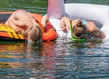 Κολύμβηση με αναπνευστήρα δύο κοριτσιών Στοκ Φωτογραφίες