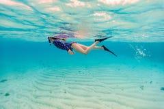 Κολύμβηση με αναπνευστήρα μικρών κοριτσιών Στοκ Φωτογραφία