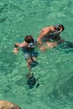 κολύμβηση με αναπνευστήρα παιδιών Στοκ Φωτογραφία
