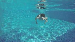 Κολύμβηση νεαρών άνδρων υποβρύχια, έχοντας τη διασκέδαση στη λίμνη στις διακοπές φιλμ μικρού μήκους