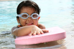 κολύμβηση παιδιών Στοκ φωτογραφία με δικαίωμα ελεύθερης χρήσης