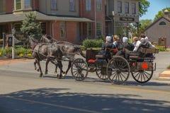 Κομητεία Amish Teens του Λάνκαστερ στο ανοικτό βαγόνι εμπορευμάτων Στοκ φωτογραφίες με δικαίωμα ελεύθερης χρήσης