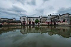 Κομητεία Yixian, σύννεφα Anhui Hongcun κάτω από το έλος Στοκ Εικόνες