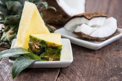 Κομμάτια ανανά και καρύδων Στοκ Εικόνες