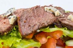 Κομμάτια βόειου κρέατος μέσου σπάνιου με τα λαχανικά Στοκ φωτογραφία με δικαίωμα ελεύθερης χρήσης