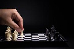 Κομμάτια ενός σκακιού που μένουν ενάντια στα μαύρα κομμάτια σκακιού Στοκ Εικόνα