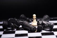 Κομμάτια ενός σκακιού που μένουν ενάντια στα μαύρα κομμάτια σκακιού Στοκ εικόνα με δικαίωμα ελεύθερης χρήσης