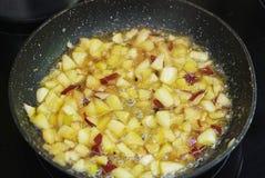 Κομμάτια, ζάχαρη και σιρόπι μήλων της Ιάβας σε έναν παν, έτοιμος για να βραστεί Μαγειρεύοντας μαρμελάδα της Apple Στοκ Εικόνες